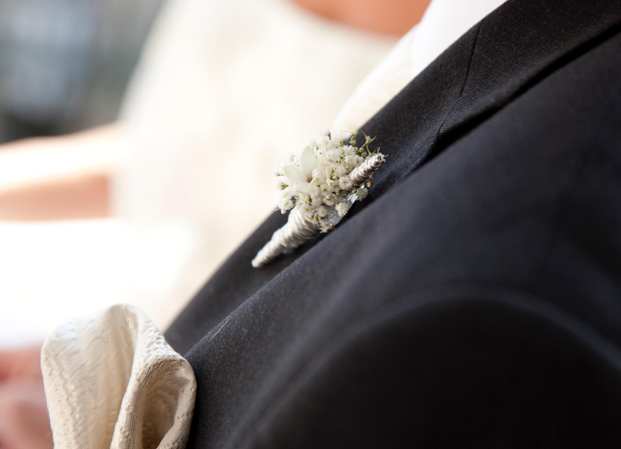 Hochzeitsfloristik Antecker des Braeutigams kleiner Anstecker für das Sakko bestehend aus weissen Blumen