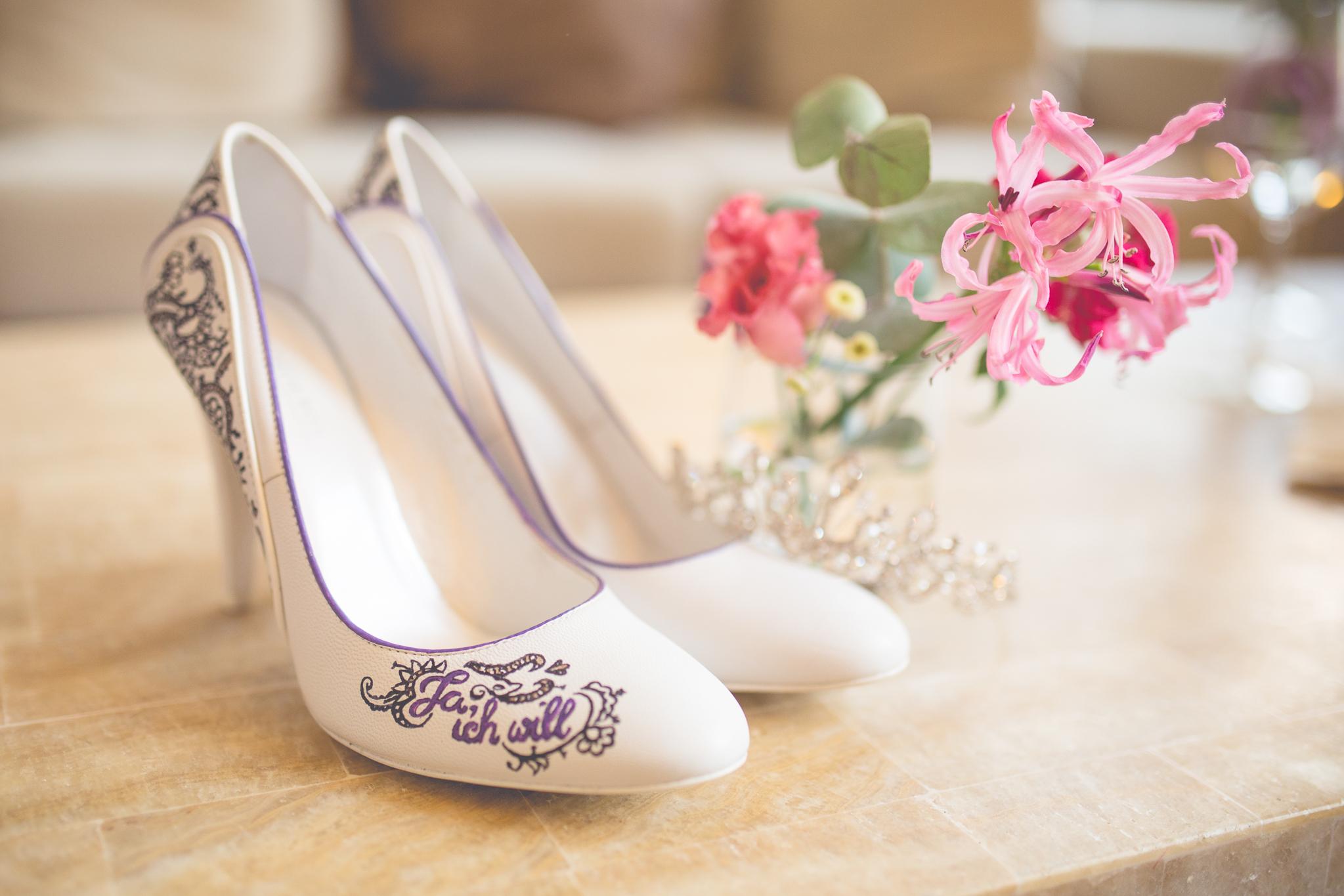 Hochzeitsfloristik Hohe Schuhe (Hochzeit) mit der Aufschrift Ja ich will mit rosa Blumen